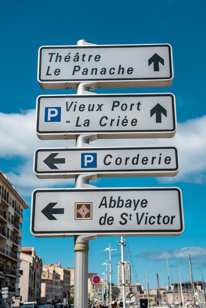 Panneaux de signalisation de lieux dans la ville de marseille